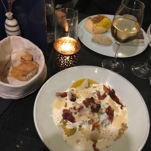 Ravioles aux épinards/noix, sauce au parmesan et lard grillé - un pavé de merlu avec des légumes anciens